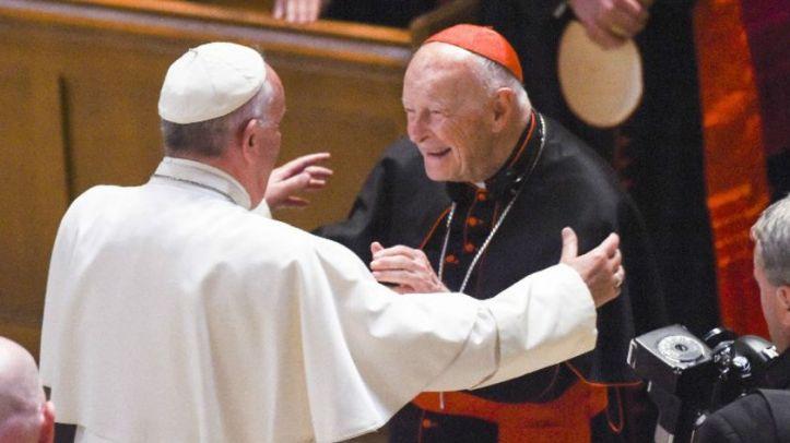 el-papa-saluda-al-cardenal-theodore-mccarrick-en-2015-en-washington-642063