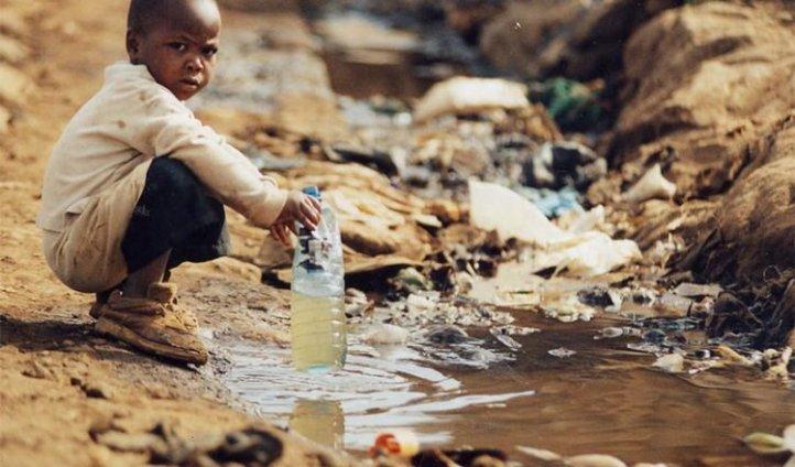En varios países del continente Africano el agua es escasa y muchos de sus habitantes deben ingeniar como conseguir la misma